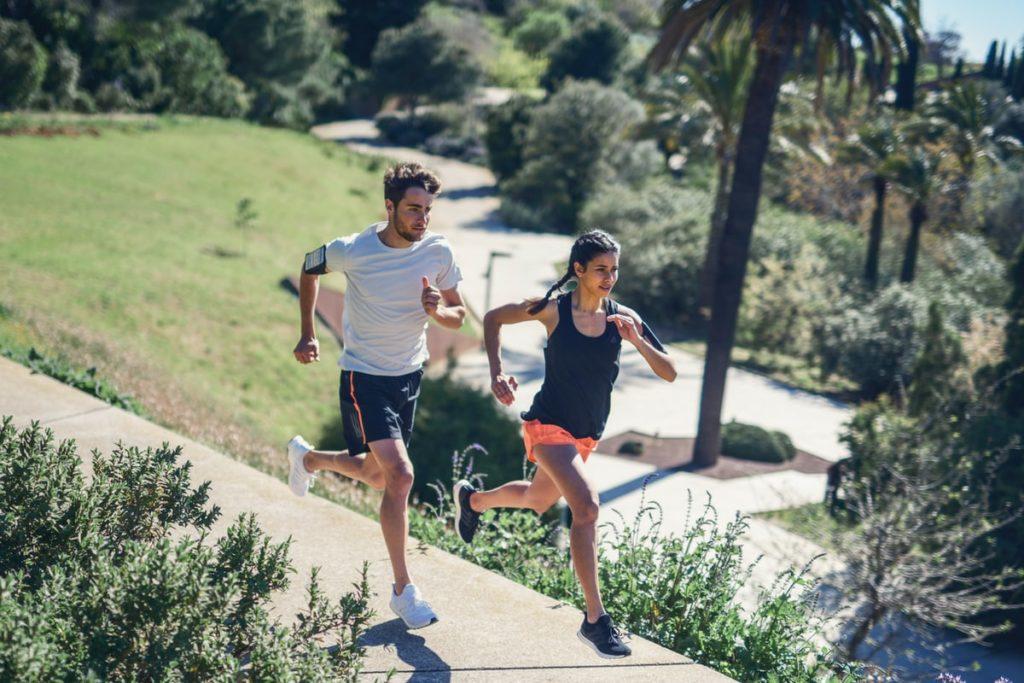 Mujer y hombre corriendo para mejorar la resistencia y el rendimiento