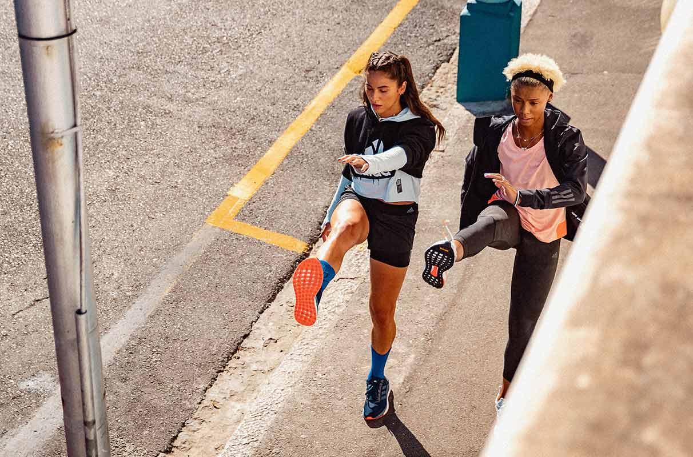 Mujeres calentando antes de correr para prevenir lesiones deportivas