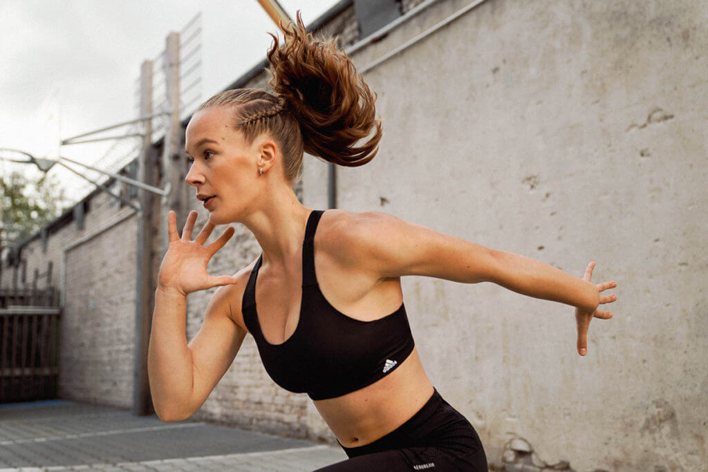 Mujer entrenando con el propio peso para aumentar masa muscular