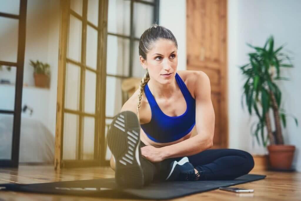 Eine Frau stretcht sich