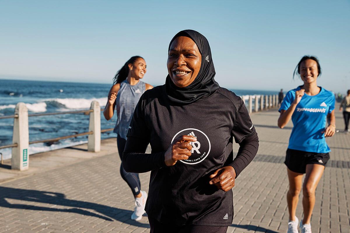 Mulheres correndo na praia para se divertirem enquanto correm todo dia