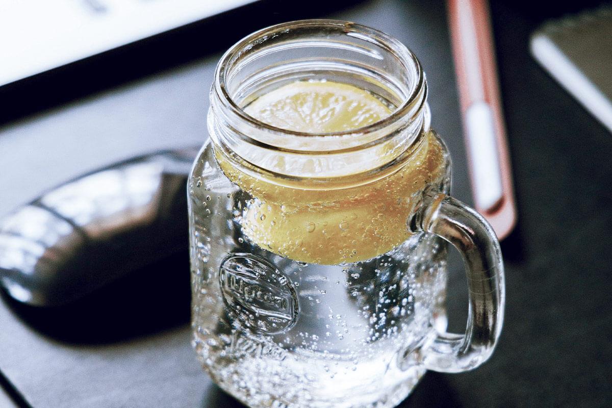 Água mineral com limão para reforçar a hidratação