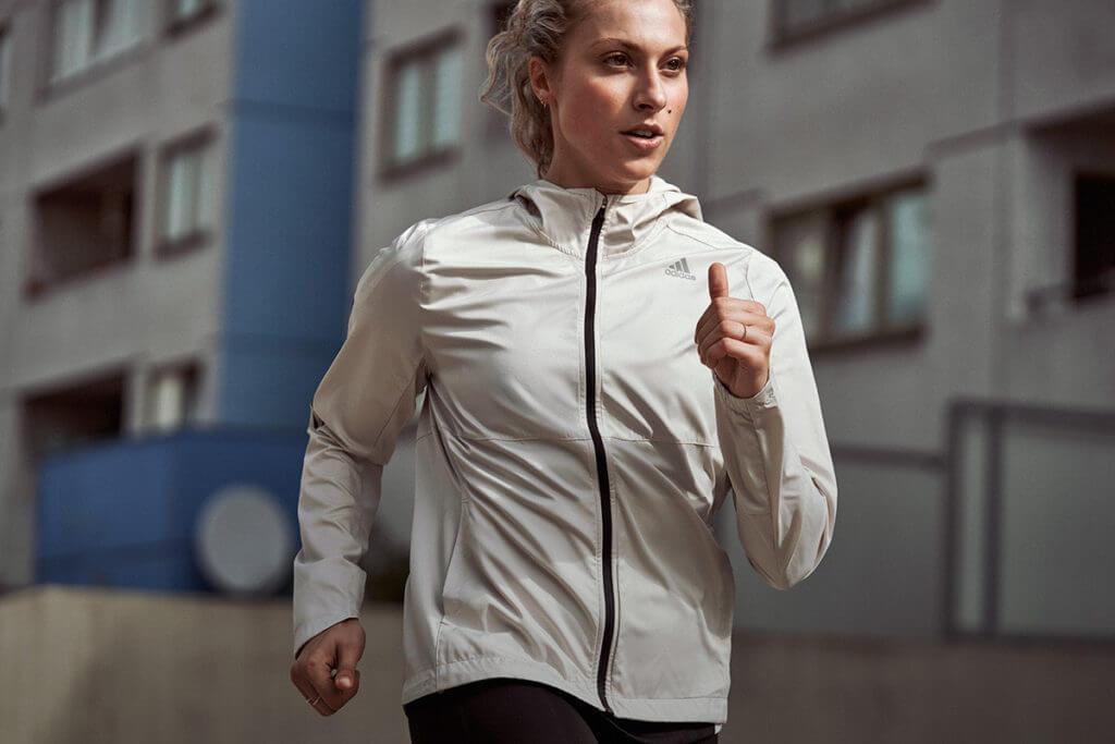 Une jeune femme sportive qui court