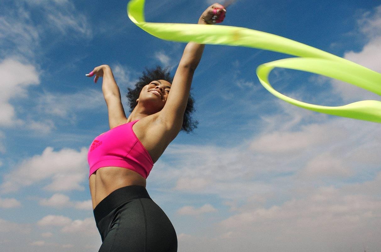 Mujer bailando con cintas