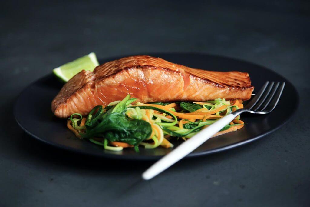 Salmone con verdure crude per la dieta dell'atleta