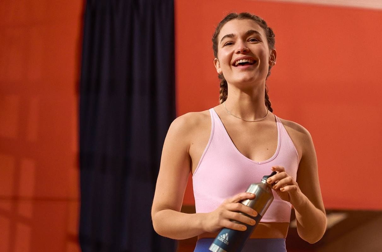 Athletin mit Wasserflasche