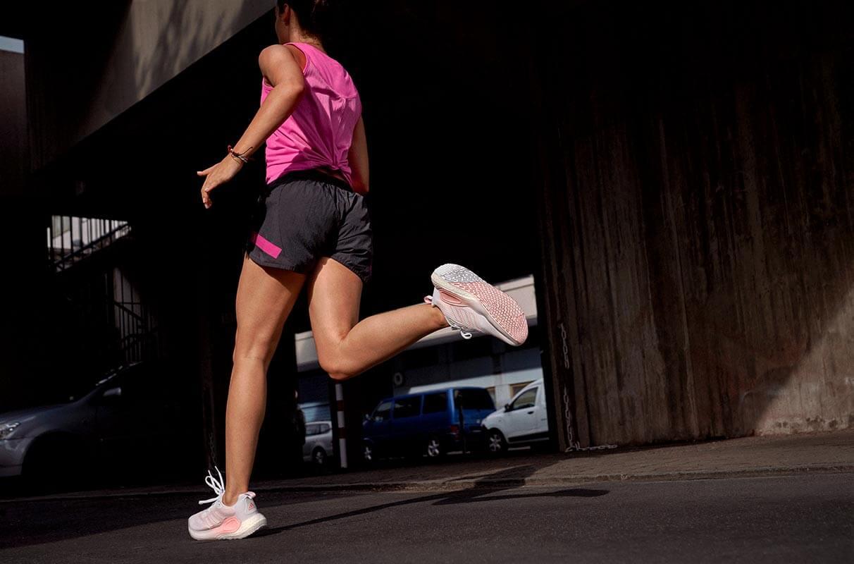 Frau joggt im Dunkeln