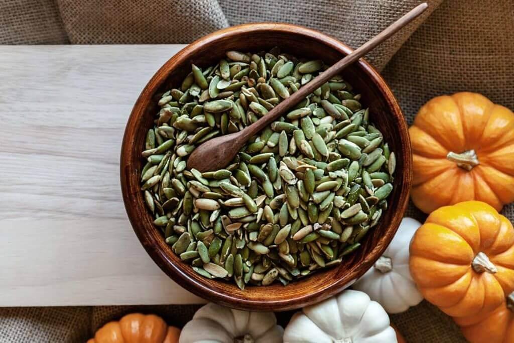 Alimentos ricos en magnesio- bol con semillas de calabaza