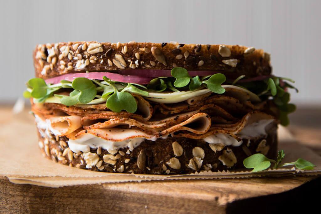un snack sain : une tranche de pain complet avec deux tranches de jambon