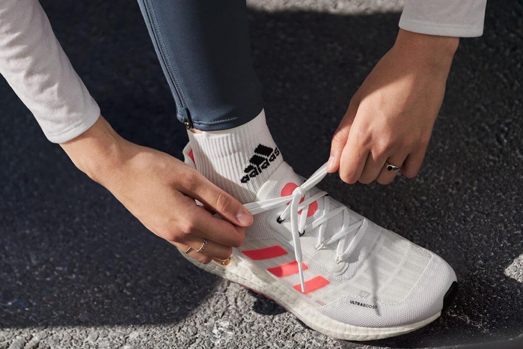 runner allaccia le scarpe