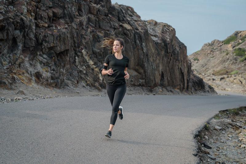 Eine Frau läuft auf der Straße