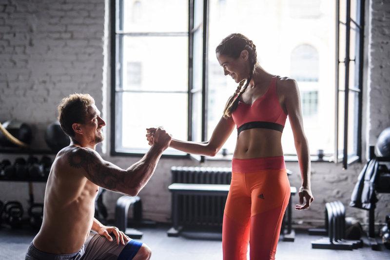 Ein Mann und eine Frau schlagen nach dem Workout ein