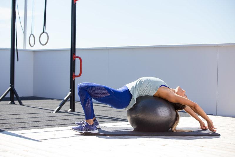 Frau macht einen Abdominal Stretch