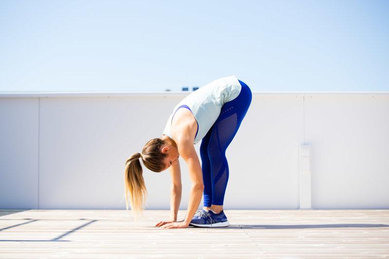 Frau macht einen erector spinae stretch