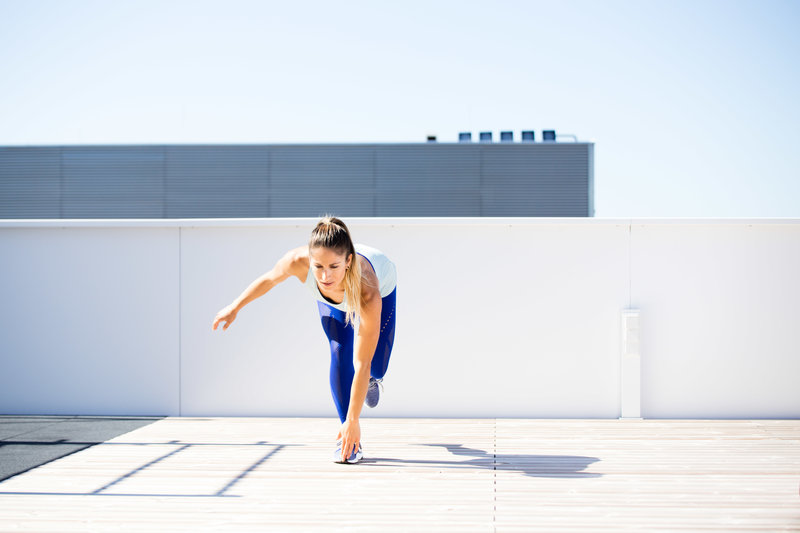 Frau macht einen single leg balance reach