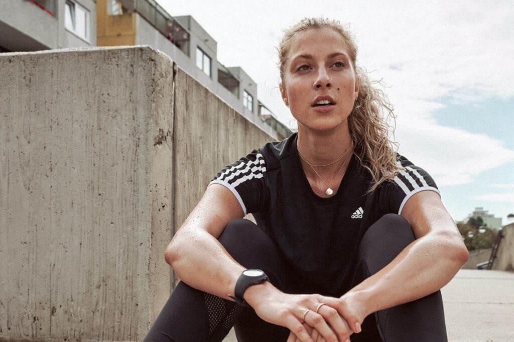 una donna recupera dopo un allenamento