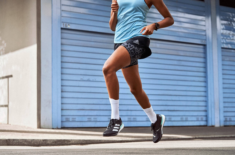 primer plano de una mujer corriendo