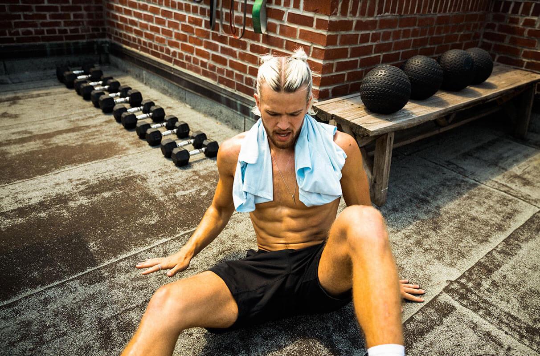 Hombre entrenando para eliminar los pechos masculinos