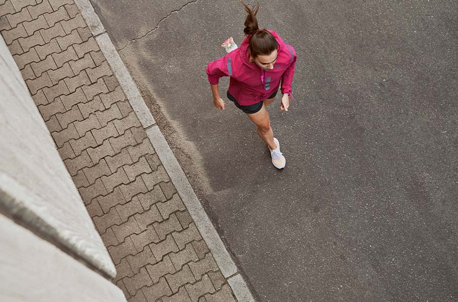 Mujer corriendo por asfalto