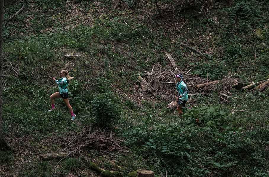 Correr por senderos en el bosque