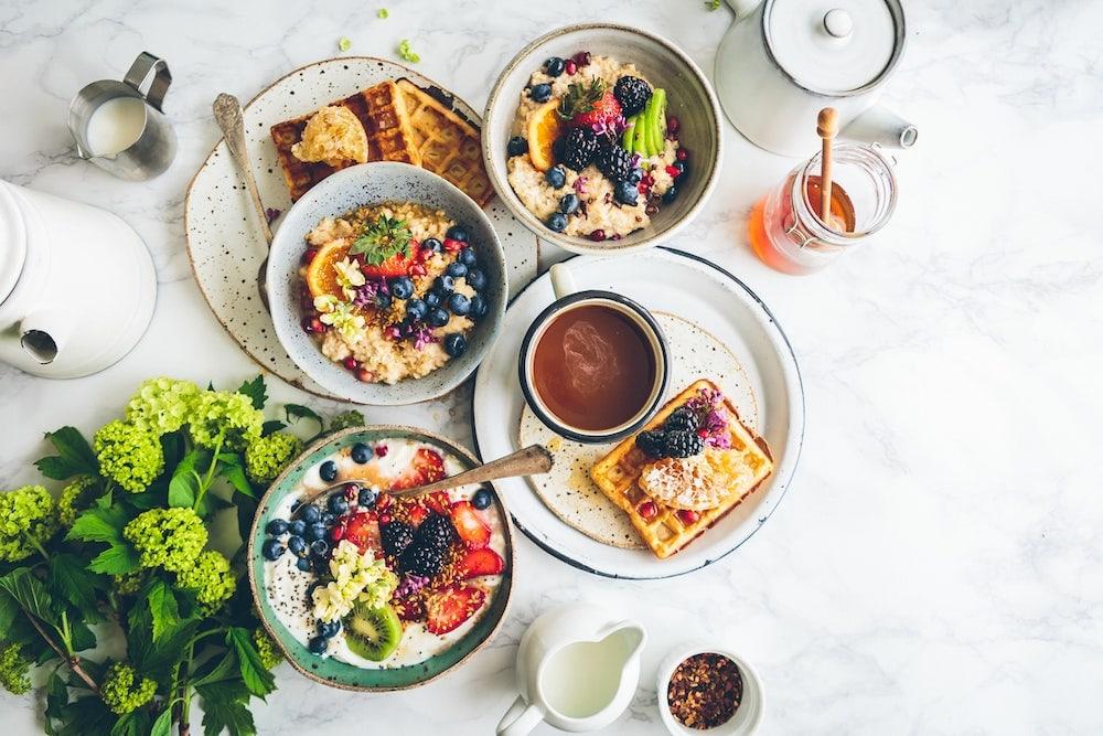 Trois bols de porridges avec des fruits frais