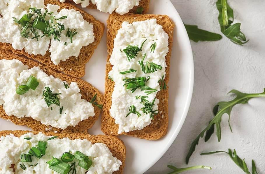 Tostadas con queso cottage: fuente de proteína de leche