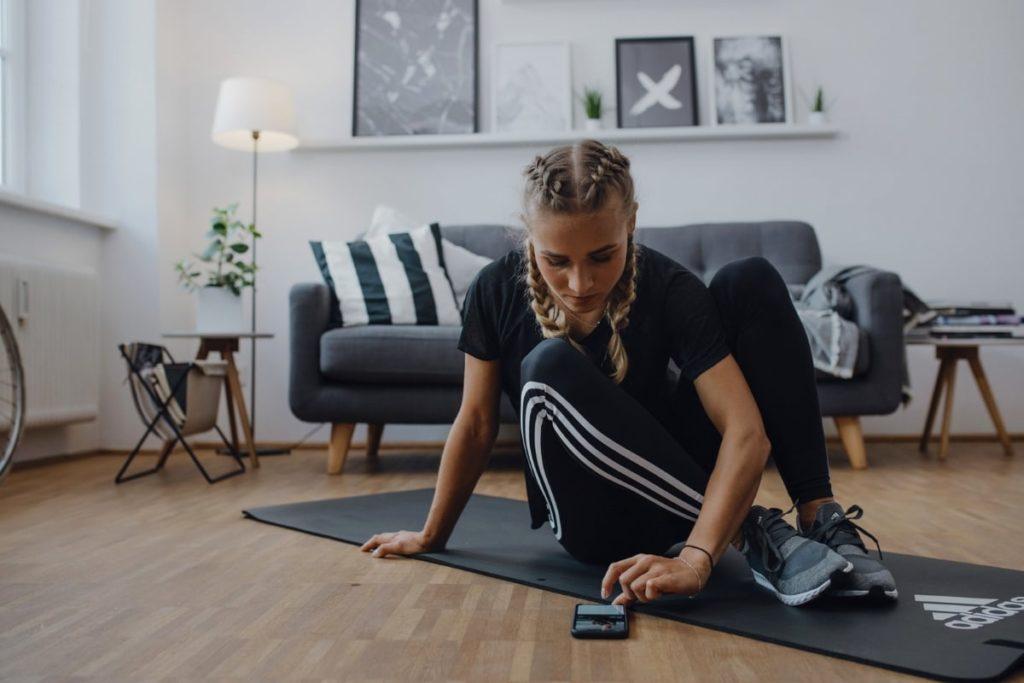 una donna inizia ad allenarsi a casa
