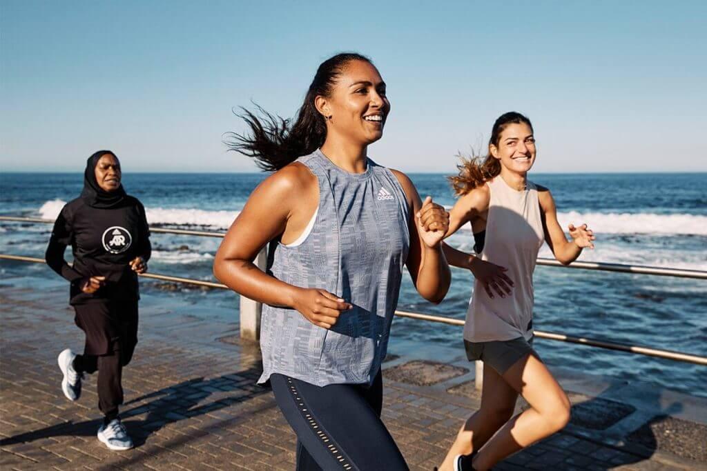 Runners corriendo al lado del mar