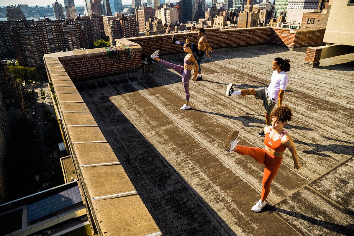 Gruppo che si allena sul tetto di un edificio