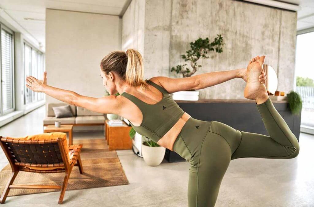 Mulher praticando yoga para entrar em sintonia com o corpo