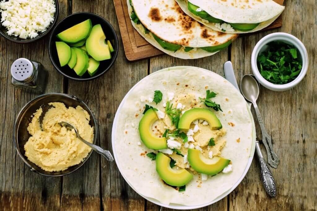 Mesa repleta de alimentos saudáveis