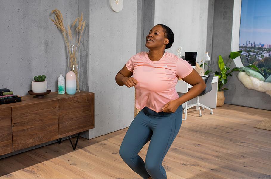Mulher dançando para ganhar resistência através de exercícios aeróbicos