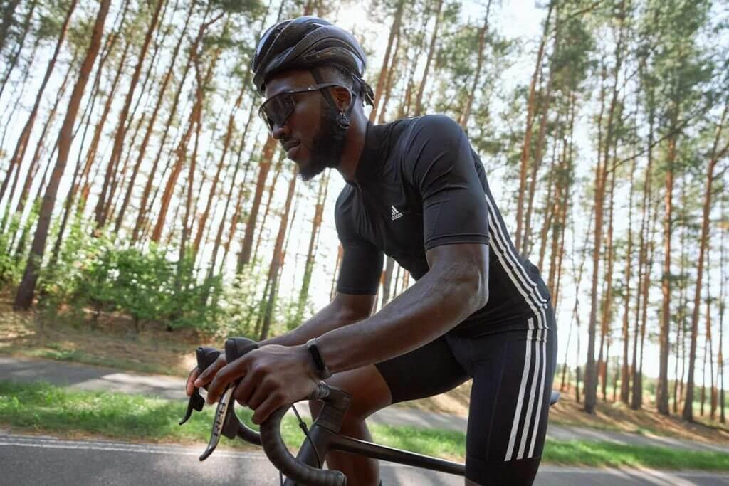 Homem andando de bicicleta em uma floresta para ganhar resistência na corrida