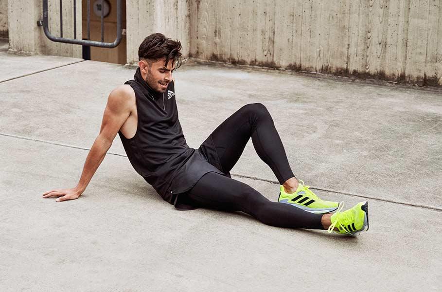 Un jeune homme au sol après une activité physique