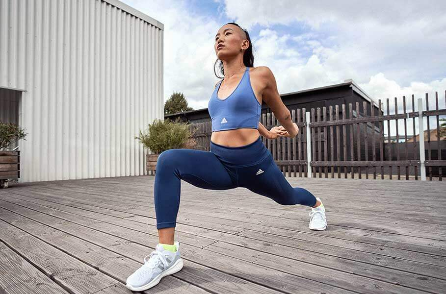 Mujer haciendo estiramientos y ejercicio al aire libre