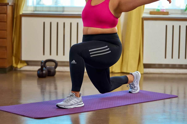 Mulher treinando com vigor