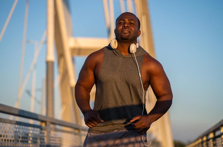 homem musculoso correndo para perder gordura