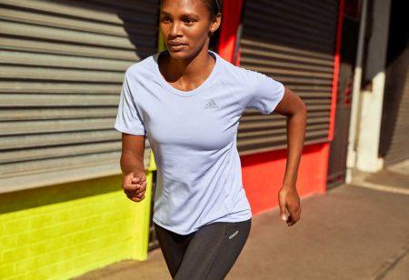 Donna si allena per una maratona