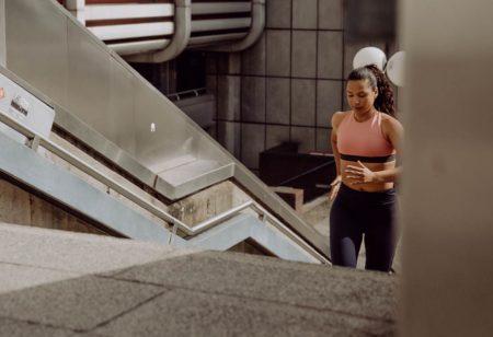 Donna che corre per dimagrire