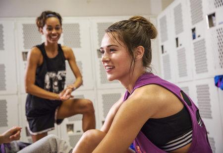 Zwei Frauen unterhalten sich im Umkleideraum nach dem Workout