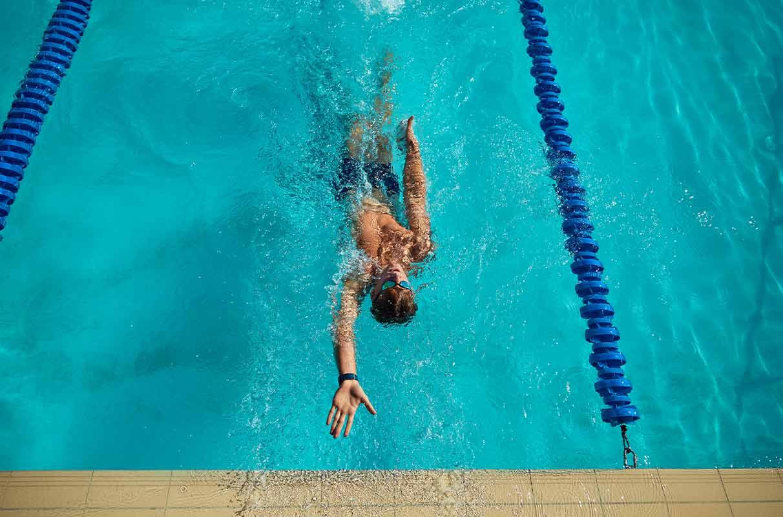 Schwimmer beim Rückenschwimmen