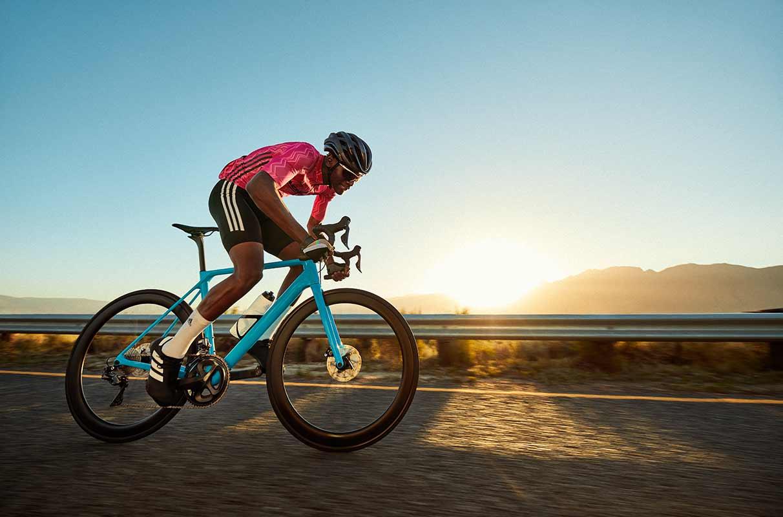 allenamento di triathlon in bicicletta al tramonto