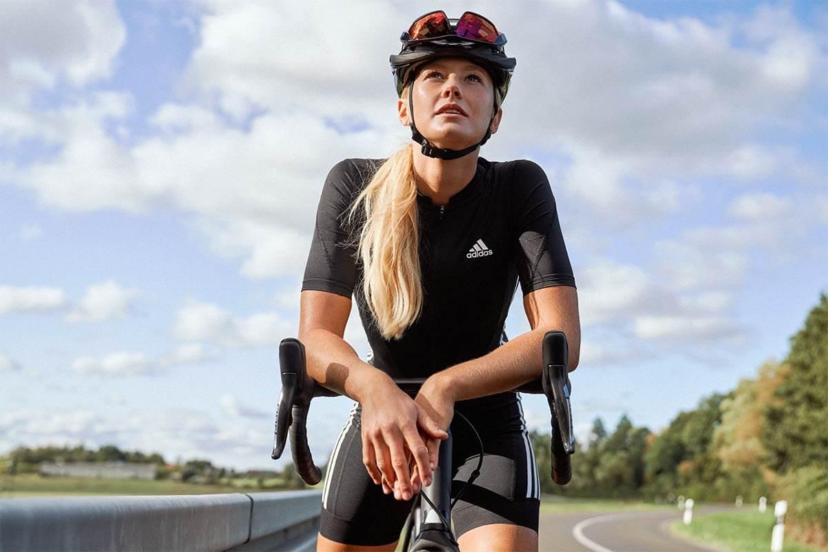 Una persona fa una pausa durante un allenamento di ciclismo