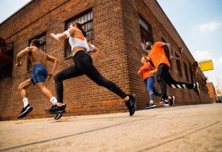 Runners corriendo al aire libre entrenando para una carrera