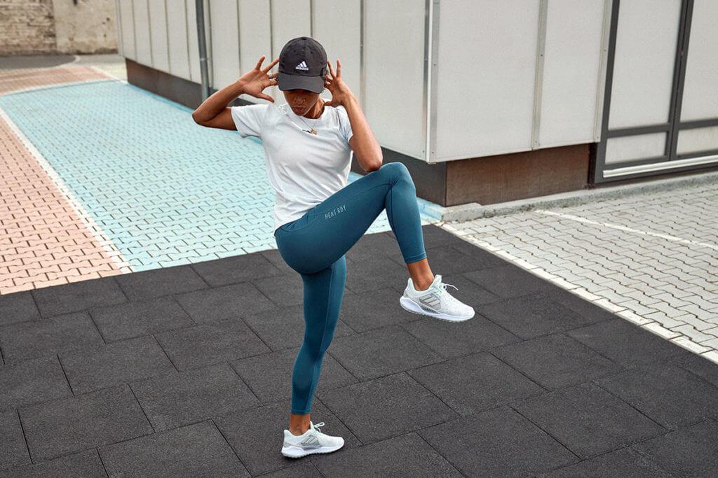 una donna fa esercizi per le gambe all'aperto