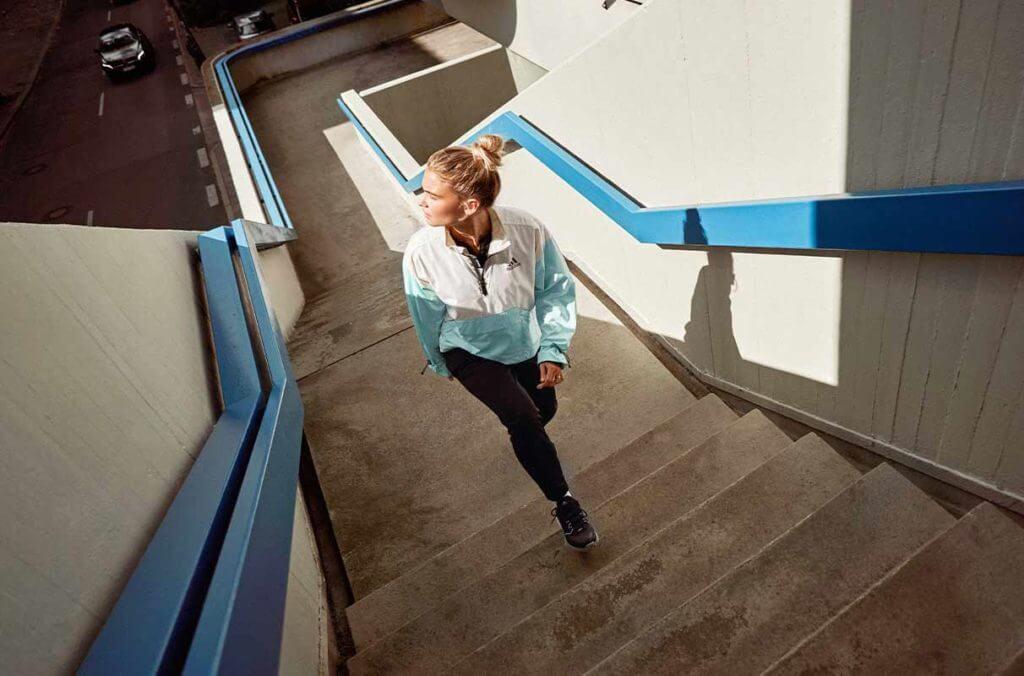Una donna si allena cammina al sole per produrre vitamina D3