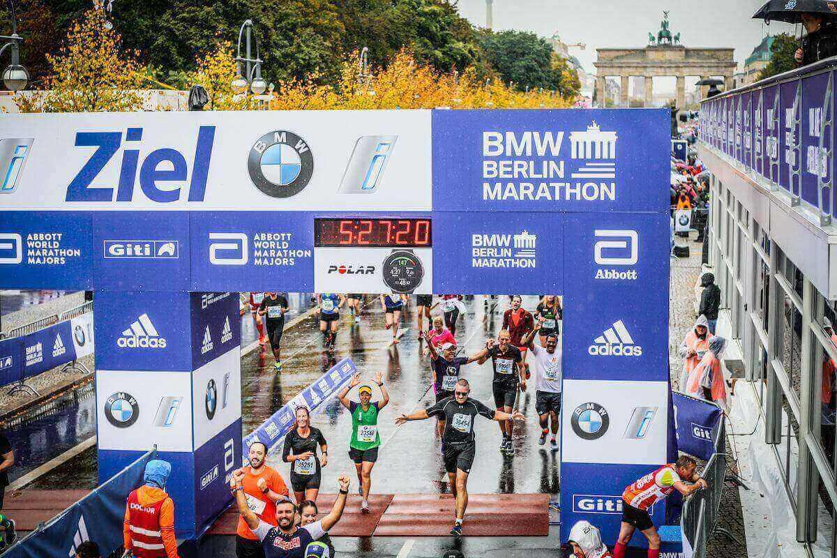 Uomo taglia traguardo della maratona