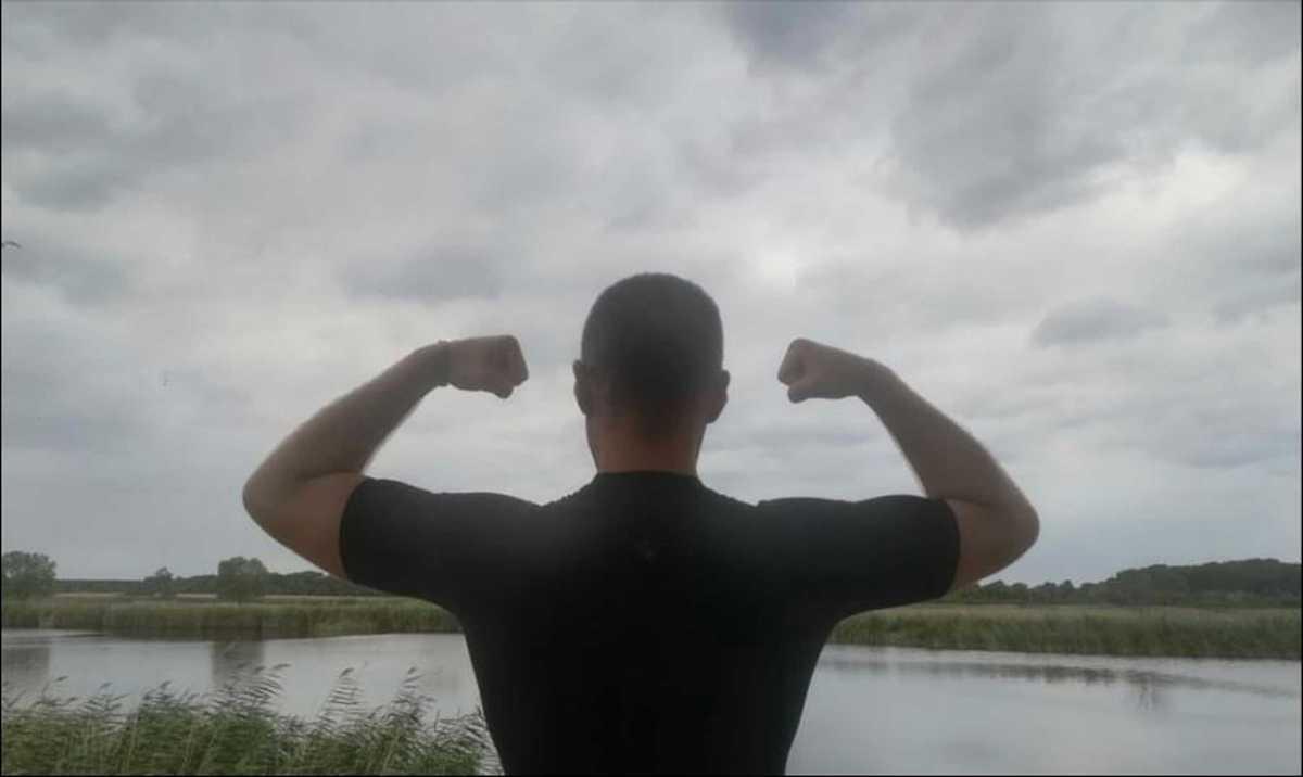 Uomo davanti a un fiume
