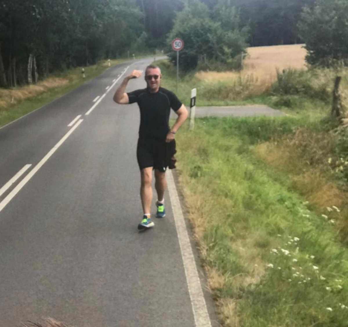 Uomo corre per strada
