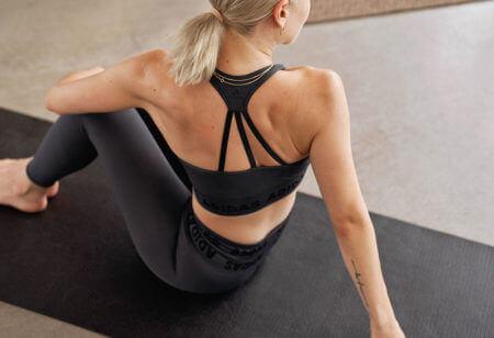 donna si allena a casa sul tappetino